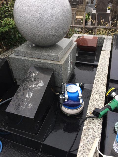 富永一朗墓石施工中